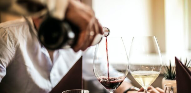 Online wijnproeven, toneel kijken en afscheid van de voorzitter